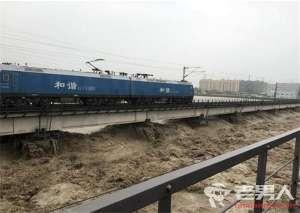 """两列千吨火车压梁抗洪 """"重车压梁""""可增强桥梁自重"""